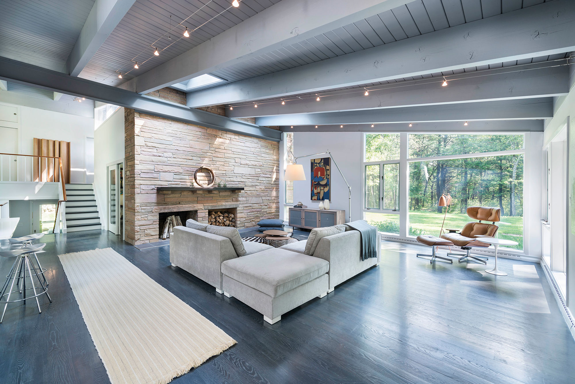mid-century modern living room with exposed beams